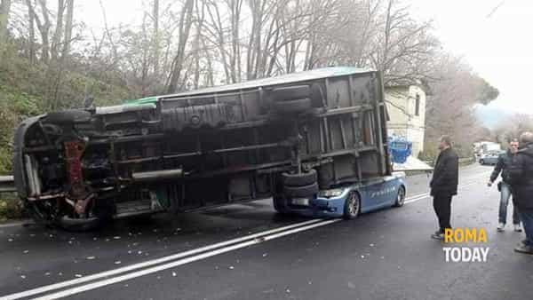 Via Tiburtina polizia insegue auto rubata schiacciata da un camion